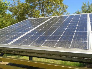 Vuile zonnepanelen met aanslag