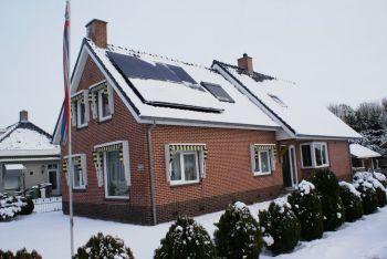 Zonnepanelen bedekt met sneeuw