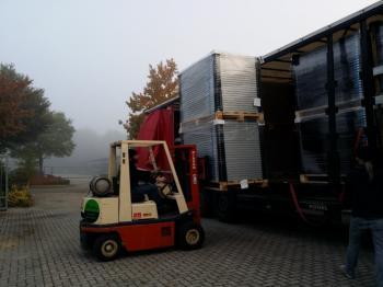 De voorraad zonnepanelen worden aangevuld bij Platen Duurzame Technieken te Ter Apel