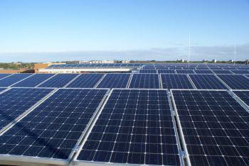 Blauwe zonnepanelen geplaatst op plat dak te Leeuwarden in juni 2011
