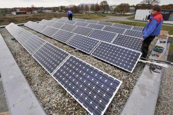 Blauwe zonnepanelen geplaatst op plat dak te Emmen in november 2012