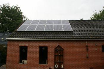 Blauwe zonnepanelen geplaatst op schuin dak te Oude Pekela in juli 2012 01