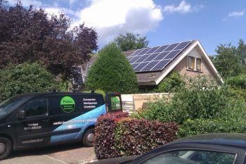 Blauwe zonnepanelen geplaatst op schuin dak te Emmen in juni 2012