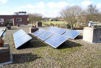 Blauwe zonnepanelen geplaatst op plat dak te Utrecht in december 2013