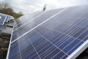 Blauwe zonnepanelen geplaatst op plat dak te Capelle aan de IJssel in december 2013