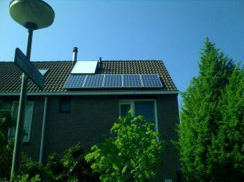 Blauwe zonnepanelen geplaatst op schuin dak te Groningen in december 2013