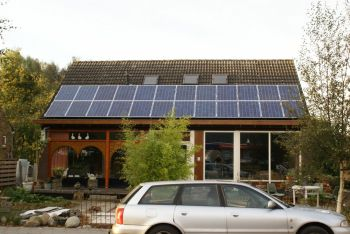 Blauwe zonnepanelen geplaatst op schuin dak te Bad Nieuweschans in oktober 2013
