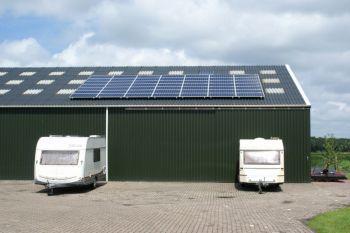 Blauwe zonnepanelen geplaatst op schuin dak te Bovensmilde in juni 2013