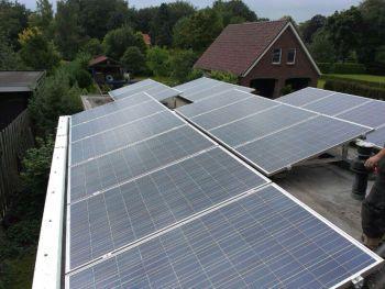 Blauwe zonnepanelen geplaatst op plat dak te Ter Apel in juni 2013