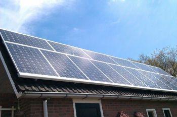 Blauwe zonnepanelen geplaatst op schuin dak te Valthermond in juli 2013