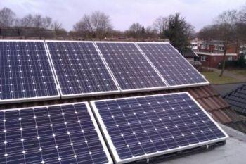 Blauwe zonnepanelen geplaatst op plat en schuin dak te Emmen in februari 2013