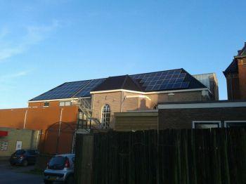 Blauwe zonnepanelen geplaatst op schuin dak te Winsum in september 2013