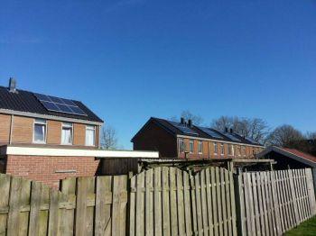 Blauwe zonnepanelen geplaatst op schuin daken te Gasselternijveen in september 2013