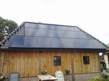 Zwarte Sunpower zonnepanelen geplaatst op schuin dak te Oudemolen in juni 2014