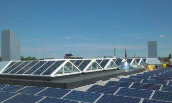 Blauwe zonnepanelen geplaatst op plat dak te Leeuwarden in oktober 2014