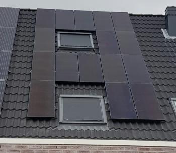 Zwarte zonnepanelen geplaatst op schuin dak te Schildwolde in juni 2016