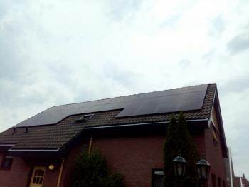 Zwarte zonnepanelen geplaatst op schuin dak te Emmer-Compascuum in juni 2016