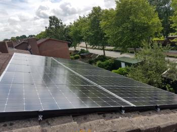 White sheet zonnepanelen geplaatst op schuin dak te Groningen in juni 2016