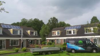 Blauwe zonnepanelen geplaatst op schuin en plat dak te Oude Pekela in juni 2016