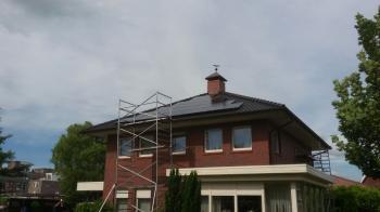 Zwarte zonnepanelen geplaatst op schuin dak te Musselkanaal in juni 2016