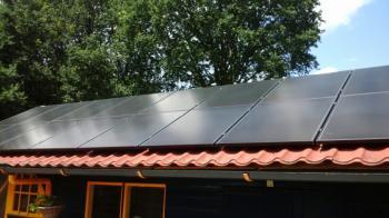 Zwarte zonnepanelen geplaatst op schuin dak te Tweede Exloërmond in juli 2016