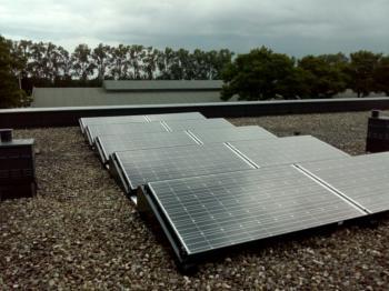 White sheet zonnepanelen geplaatst op plat dak te Hoogezand in juli 2016