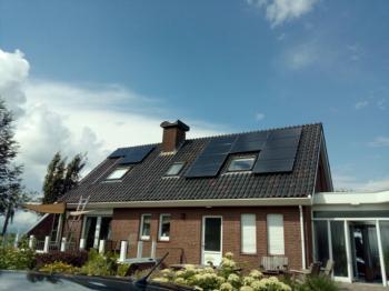 Zwarte zonnepanelen geplaatst op schuin dak te Valthermond in juli 2016