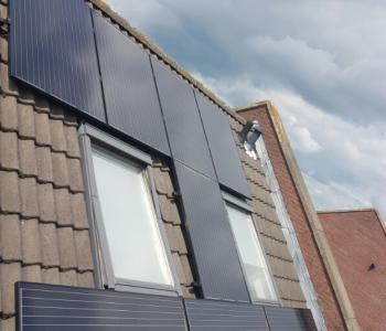 Zwarte zonnepanelen geplaatst op schuin en plat dak te Assen in juli 2016