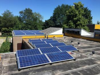 Blauwe zonnepanelen geplaatst op plat dak te Ter Apelkanaal in juli 2016