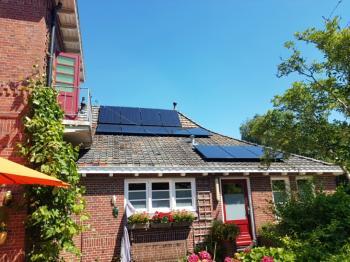Zwarte zonnepanelen geplaatst op schuin dak te Appingedam in juli 2016