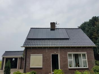 Zwarte zonnepanelen geplaatst op schuin dak te Ter Apel in juli 2016