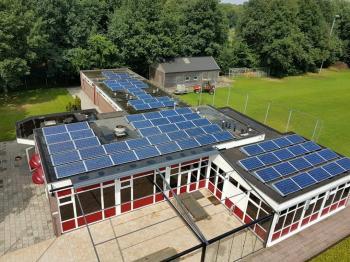 Blauwe zonnepanelen geplaatst op plat dak te Nieuwlande in juli 2016
