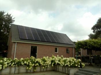 Zwarte zonnepanelen geplaatst op schuin dak te Kerkenveld in juli 2016