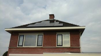 Zwarte zonnepanelen geplaatst op schuin dak te Sappemeer in september 2016
