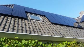 Zwarte zonnepanelen geplaatst op schuin dak te Emmen september 2016