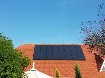Zwarte zonnepanelen geplaatst op schuin dak te Veenoord in september 2016