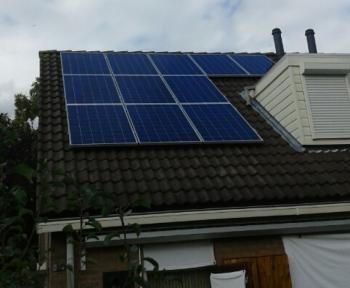Blauwe Bisol zonnepanelen geplaatst op schuin dak te Sappemeer in september 2016
