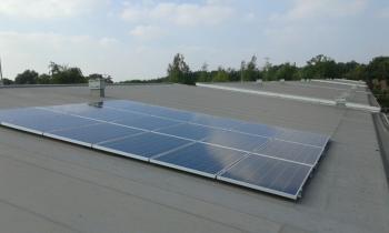 Blauwe zonnepanelen geplaatst op plat-schuin dak te Emmen in september 2016