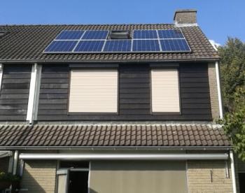 Blauwe zonnepanelen geplaatst op schuin dak te Klazienaveen in september 2016