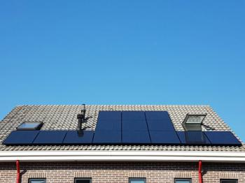 Zwarte zonnepanelen geplaatst op schuin dak te Assen (Drenthe) in september 2016