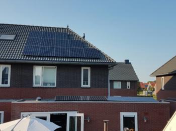 White sheet zonnepanelen geplaatst op schuin en plat dak te Hoogezand (Groningen) in september 2016
