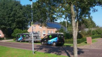 Zwarte zonnepanelen geplaatst op schuin dak te Buinerveen (Drenthe) in september 2016