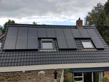Zwarte zonnepanelen geplaatst op schuin dak te Stadskanaal (Groningen) in september 2016
