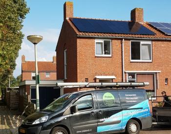 Mooie zwarte zonnepanelen installatie geplaatst door Platen Duurzame Technieken te Sappemeer (Groningen) in september 2016