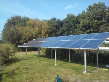 Blauwe zonnepanelen geplaatst op een aangepaste constructie te Westdorp (Drenthe) in september 2016