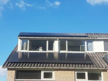 Zwarte zonnepanelen geplaatst op een schuin dak te Paterswolde (Groningen) in oktober 2016