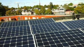 White sheet zonnepanelen geplaatst op plat dak te Groningen in oktober 2016