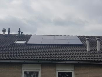 Zwarte zonnepanelen geplaatst op een schuin dak te Hoogezand (Groningen) in oktober 2016