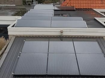 Zwarte zonnepanelen geplaatst op plat dak te Emmen (Drenthe) in oktober 2016
