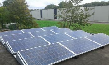 Blauwe zonnepanelen geplaatst op plat dak te Winschoten (Groningen) in oktober 2016